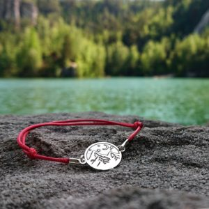 Czerwona bransoletka sznurkowa z górami